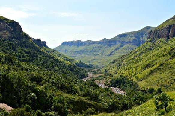 El río Tugela empieza en Mont aux Sources y discurre 947 metros hasta las cataratas