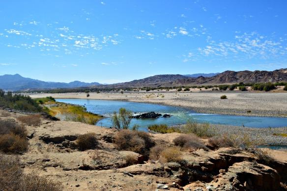 El río Orange nace en Lesoto y cruza Sudáfrica hasta Namibia
