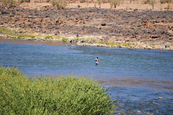 Un namibio prácticando la pesca con mosca