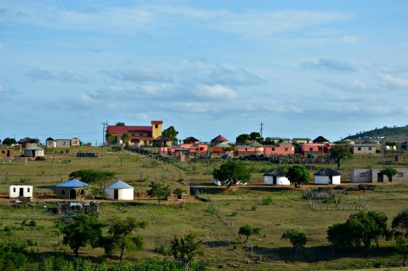 Casas coloridas en los pueblos de Zululandia