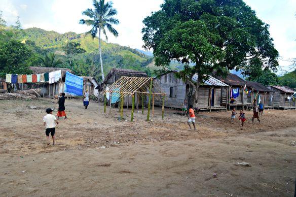 Los niños juegan en la calle