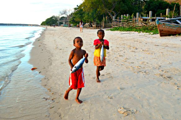 Niños malgaches corren a casa con sus presas en Ramena
