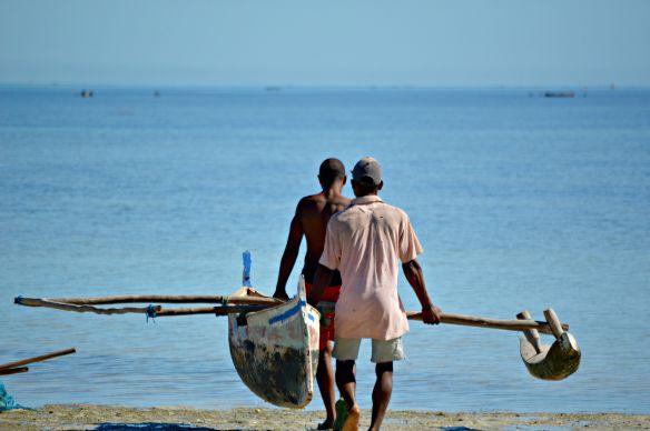 Los pescadores empiezan las tareas en Morondava